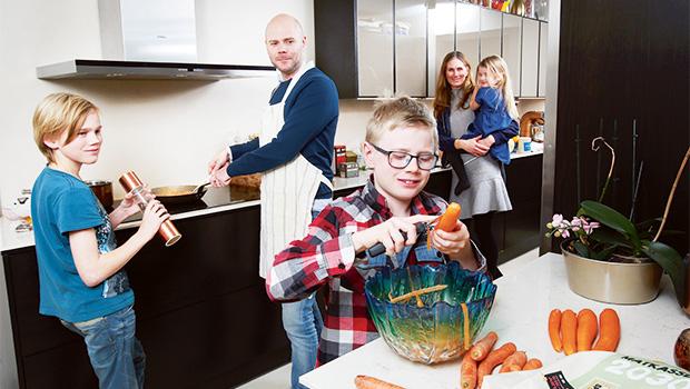 Hela familjen i det nya, miljösmarta köket. Foto: Hemköp/Stefan Nilsson.