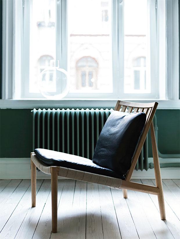 Norrgavels Easy Chair med sadelgjord av lin och naturgarvat Tärnsjöläder.