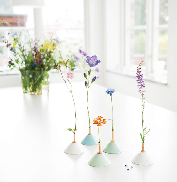 Handgjord keramikvas med koppar och korkdetalj. Design Eva Levin.